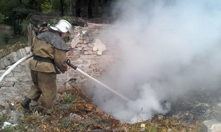 В Каменском горел автомобиль и заброшенный гараж с мусором, фото-5