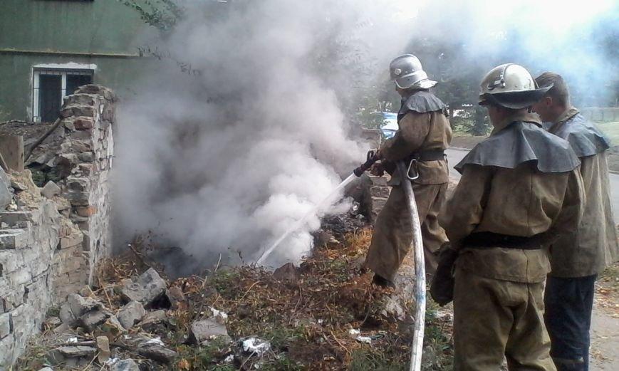 В Каменском горел автомобиль и заброшенный гараж с мусором, фото-3
