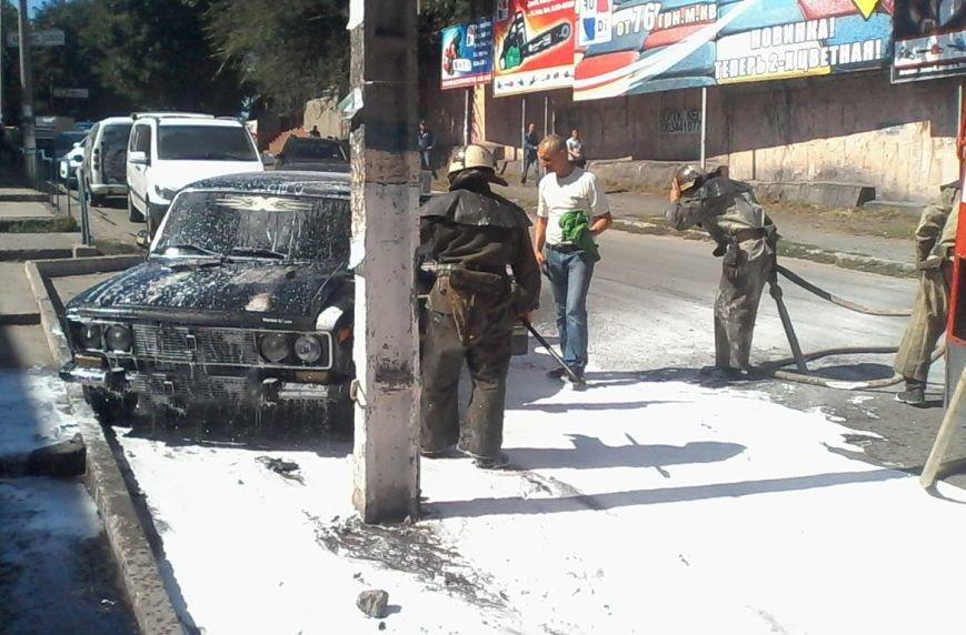 В Каменском горел автомобиль и заброшенный гараж с мусором, фото-2