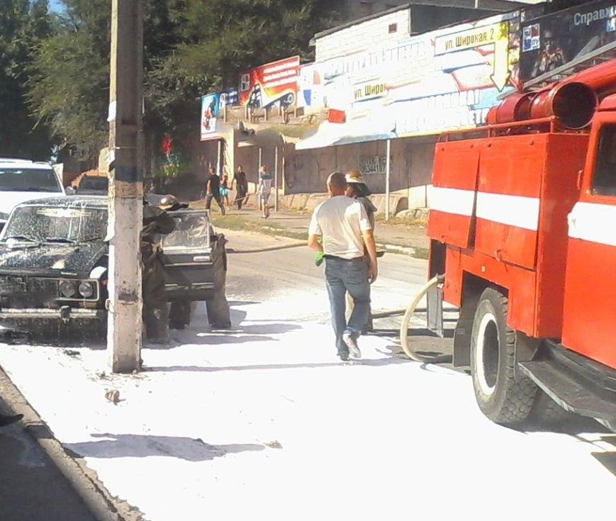 В Каменском горел автомобиль и заброшенный гараж с мусором, фото-1