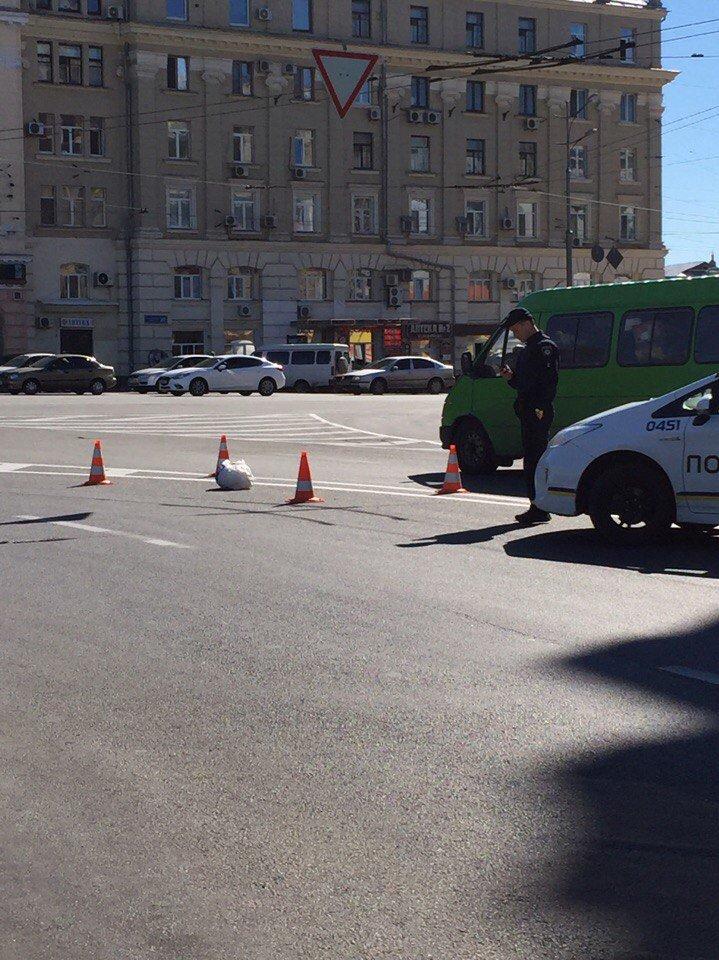 В Харькове из-за подозрительного пакета перекрыли площадь Конституции (ФОТО), фото-1