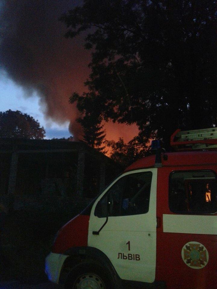 У Львові горить стара військова частина: перші фото з місця пожежі, фото-2