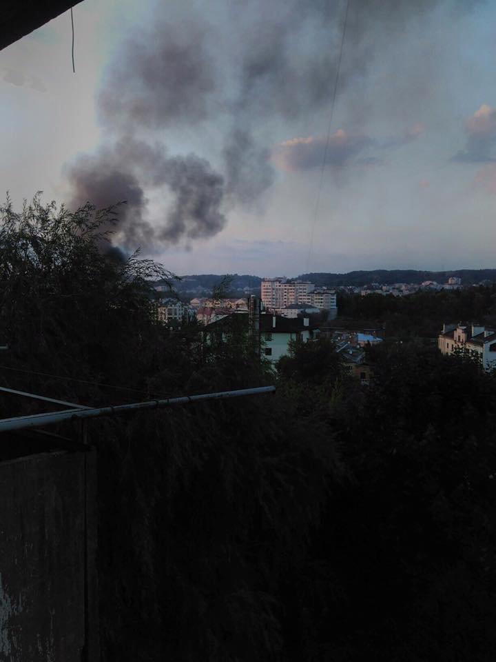 У Львові горить стара військова частина: перші фото з місця пожежі, фото-4