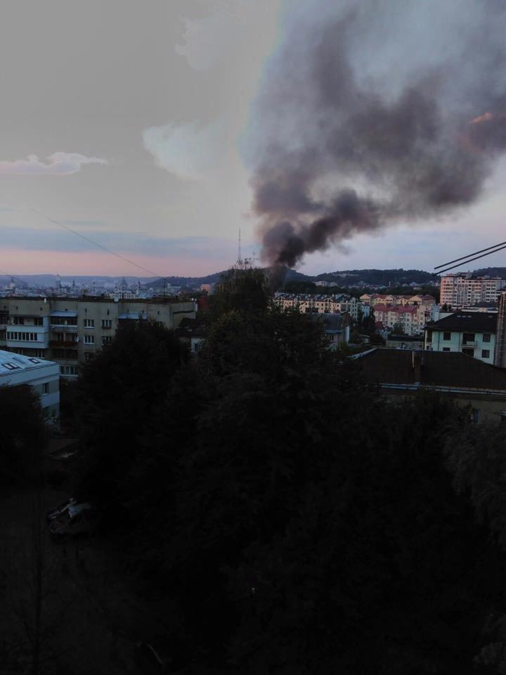У Львові горить стара військова частина: перші фото з місця пожежі, фото-3