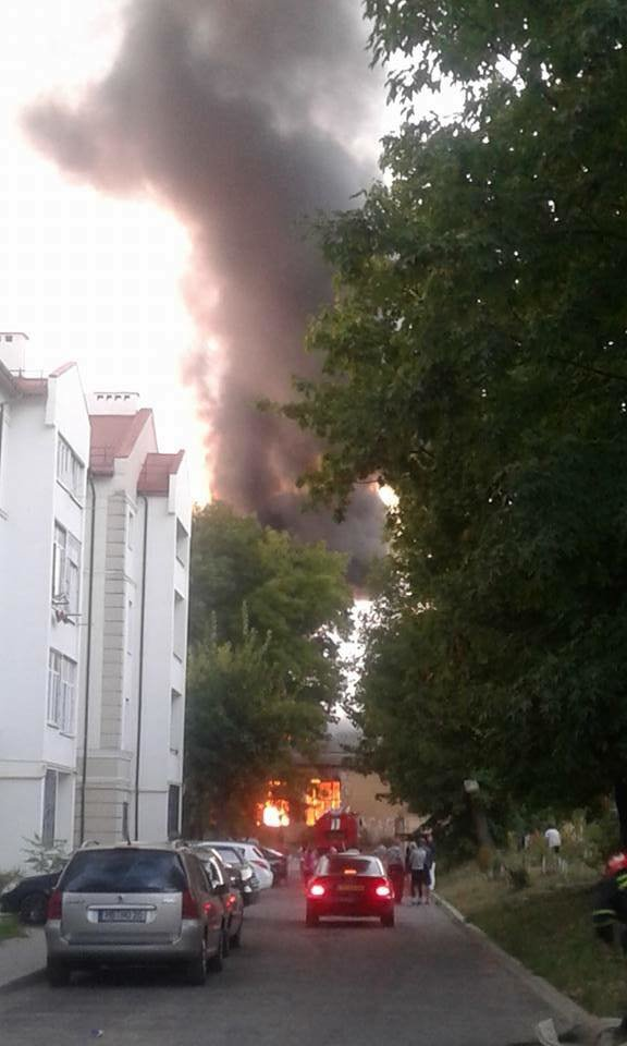 У Львові горить стара військова частина: перші фото з місця пожежі, фото-1
