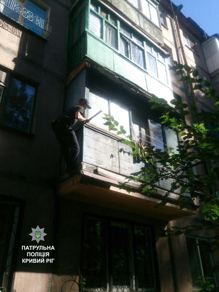 Полицейские залезли в квартиру пожилой криворожанки и спасли ее от комы (ФОТО), фото-2