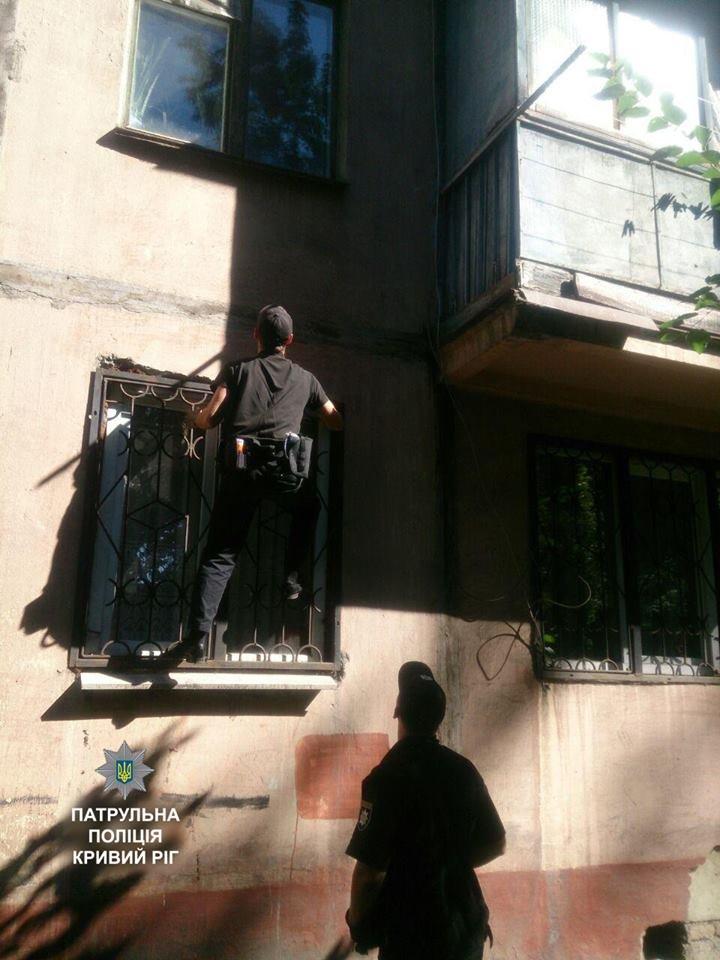 Полицейские залезли в квартиру пожилой криворожанки и спасли ее от комы (ФОТО), фото-1