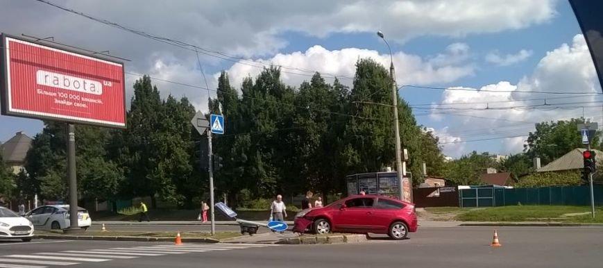 "В Харькове ""легковушка"" снесла столб на пешеходном переходе (ФОТО), фото-1"