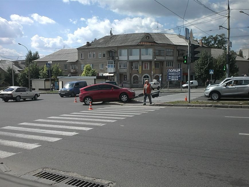 В Харькове легковой автомобиль снес дорожный знак на