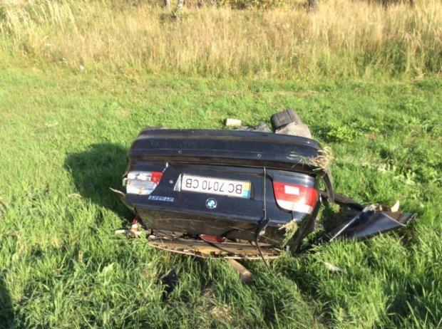 На Львівщині «BMW» на шаленій швидкості в'їхав в іномарку: від удару автомобіль розірвало навпіл (ФОТО), фото-7