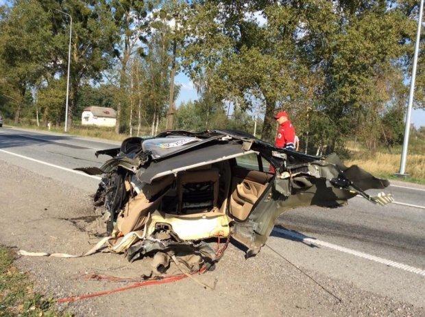 На Львівщині «BMW» на шаленій швидкості в'їхав в іномарку: від удару автомобіль розірвало навпіл (ФОТО), фото-2