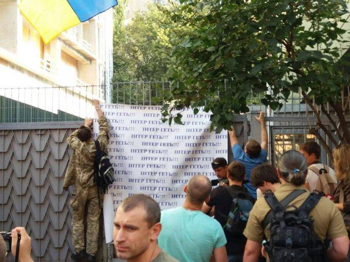 """Здание телеканала """"Интер"""" оградили забором, фото-2"""