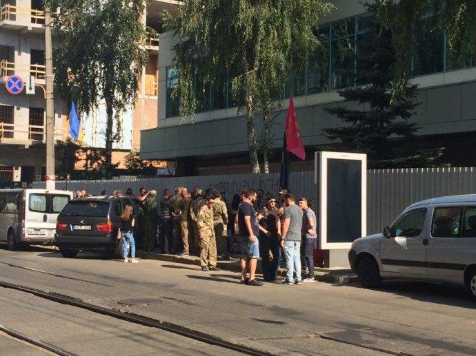 """Здание телеканала """"Интер"""" оградили забором, фото-3"""