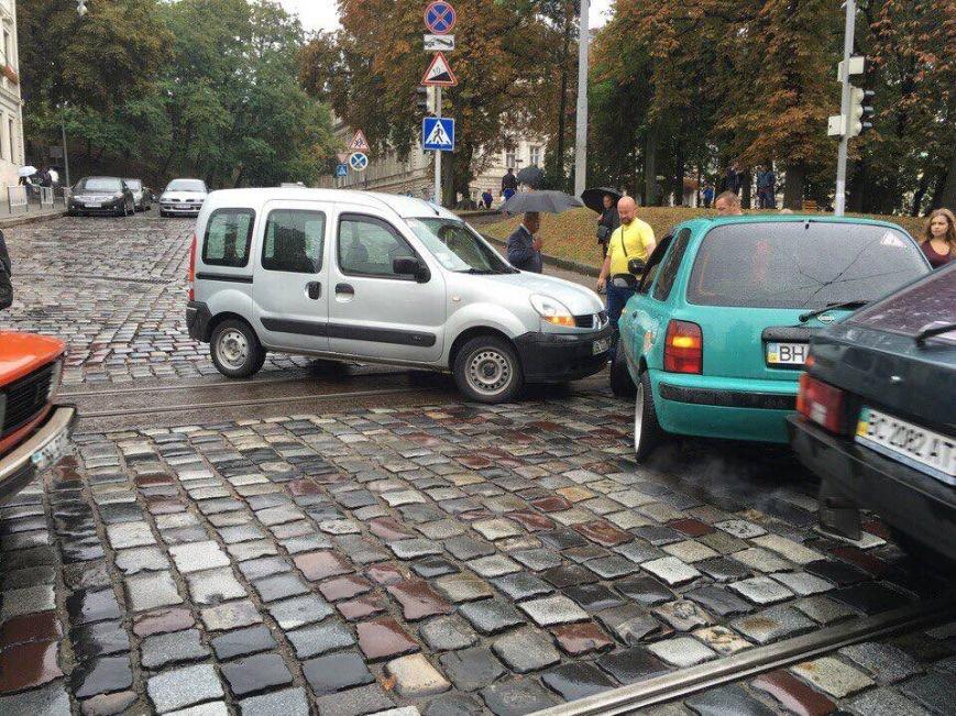 У центрі Львова внаслідок ДТП зупинився рух трамваїв (ФОТО), фото-2