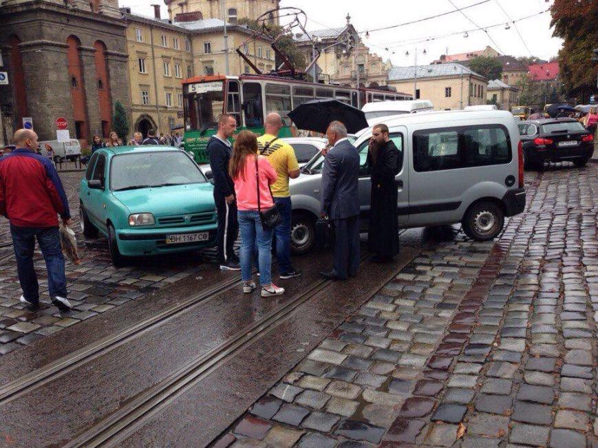 У центрі Львова внаслідок ДТП зупинився рух трамваїв (ФОТО), фото-1