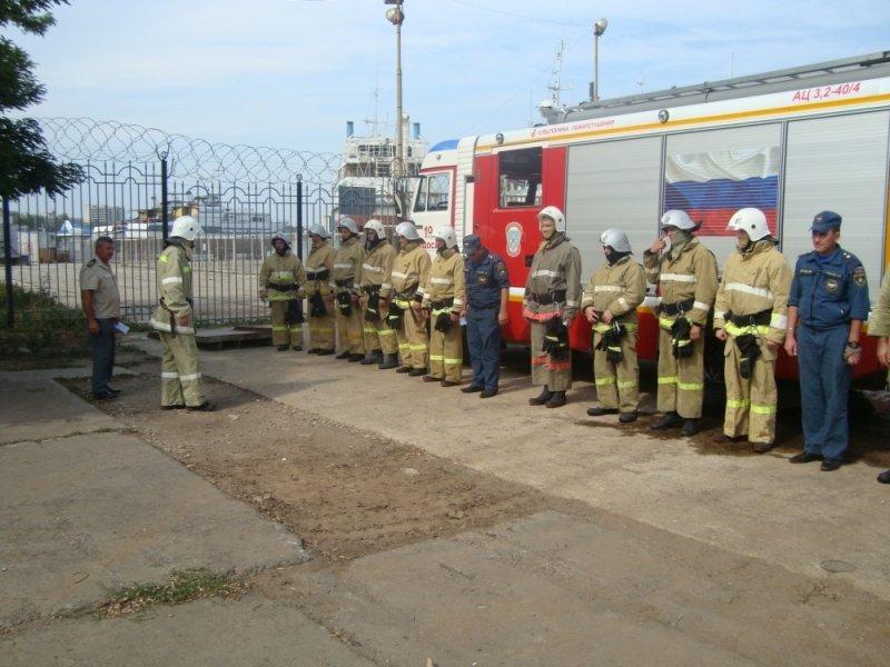 Сегодня в Крыму пожарные поливали водой стоявший на причале теплоход (ФОТО), фото-4