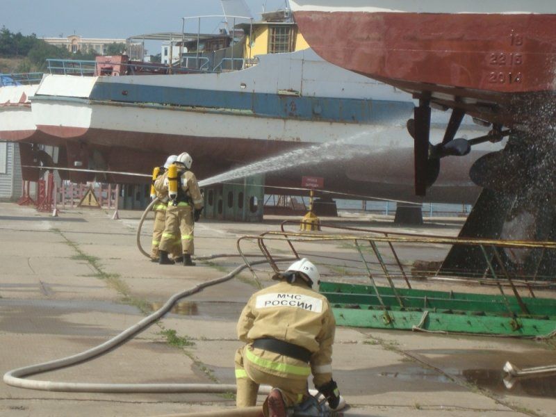 Сегодня в Крыму пожарные поливали водой стоявший на причале теплоход (ФОТО), фото-3