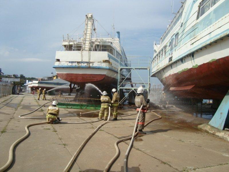 Сегодня в Крыму пожарные поливали водой стоявший на причале теплоход (ФОТО), фото-2
