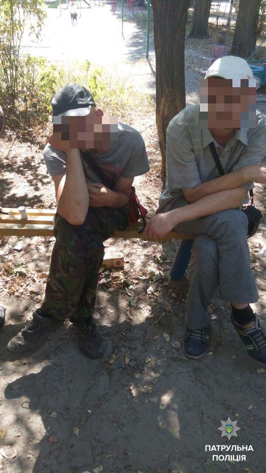 В Кременчуге копы задержали группу наркоманов на детской площадке, фото-3
