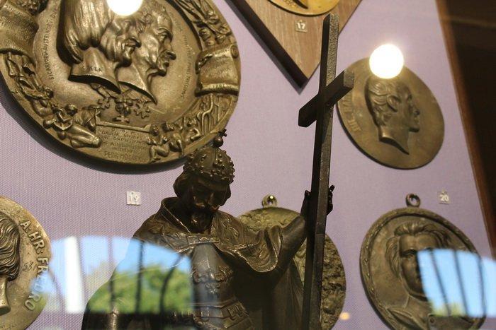 Масонская коллекция, футуристические журналы, монетницы из бисера и китайские вазы. Что еще экспонирует Музей истории частного коллекциони..., фото-19