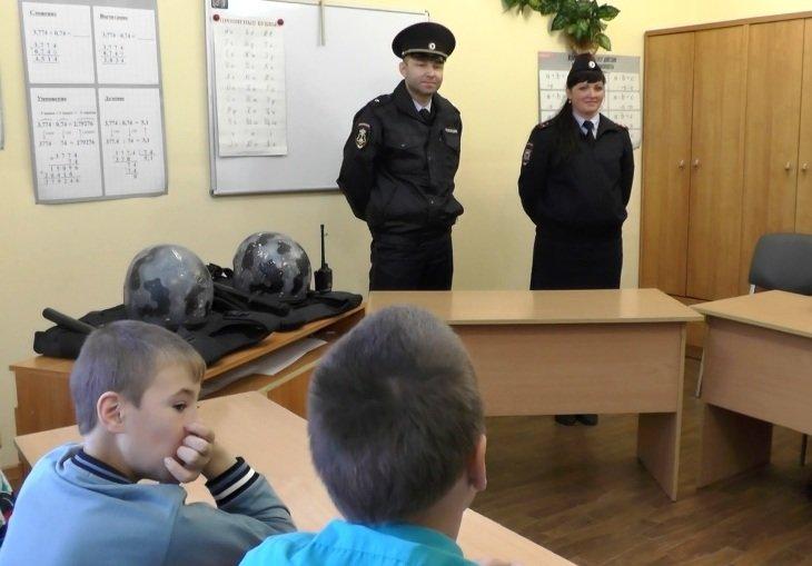 Сотрудники Полевского отдела полиции учили воспитанников детского дома защищать свои права, фото-1