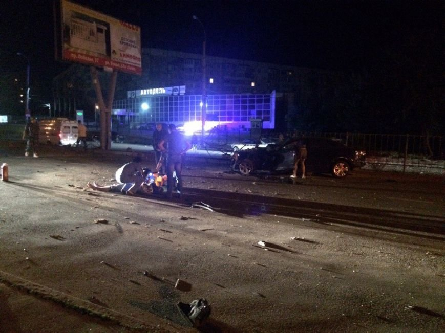 Ночью на проспекте Победы Симферополя иномарка разбилась в «хлам», врезавшись в рекламный щит (ФОТО), фото-1