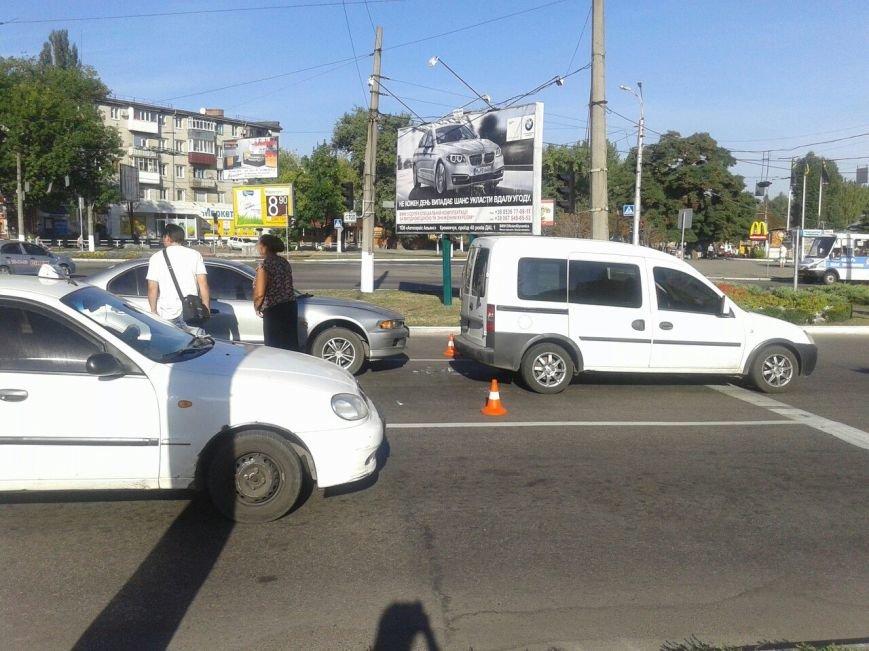 "На мемориале ""Вечно живым"" столкнулись сразу три автомобиля (ФОТО), фото-2"