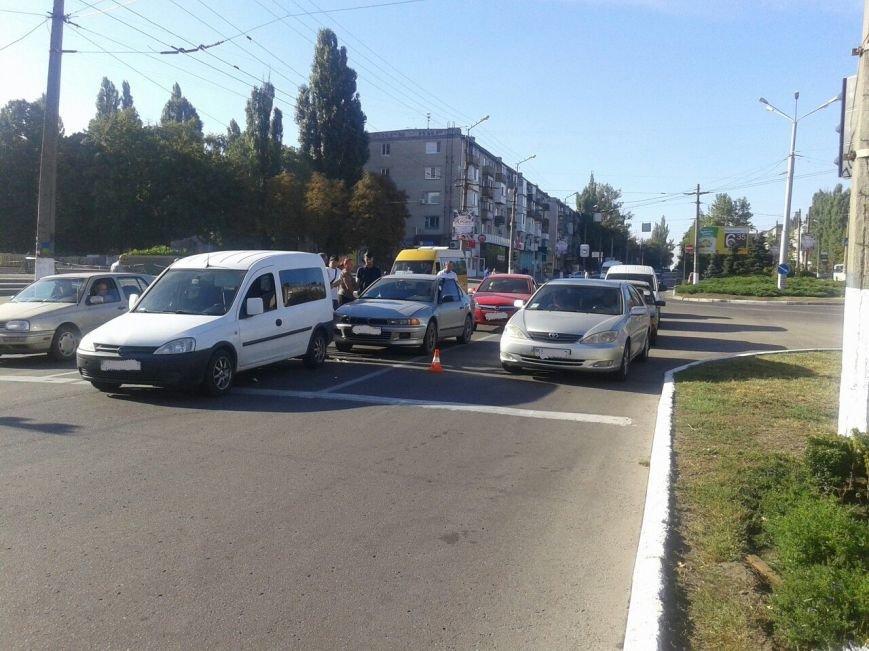 "На мемориале ""Вечно живым"" столкнулись сразу три автомобиля (ФОТО), фото-1"