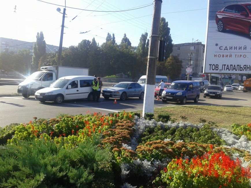"На мемориале ""Вечно живым"" столкнулись сразу три автомобиля (ФОТО), фото-6"