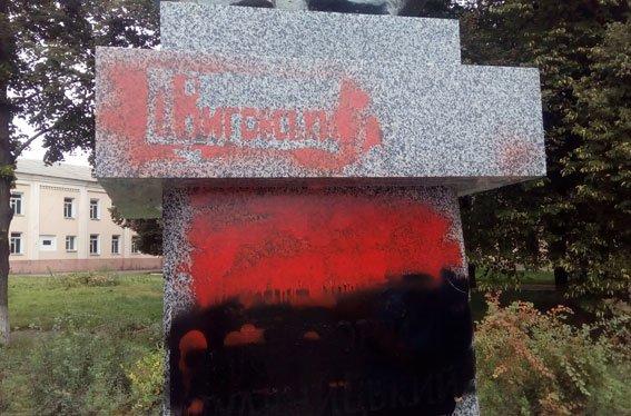 В Конотопі вандали розмалювали пам'ятник Гуляницькому (фото), фото-1