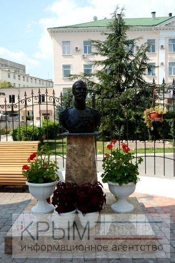 В Симферополе возле здания крымской прокуратуры установили бюст Николая II (ФОТОФАКТ), фото-2