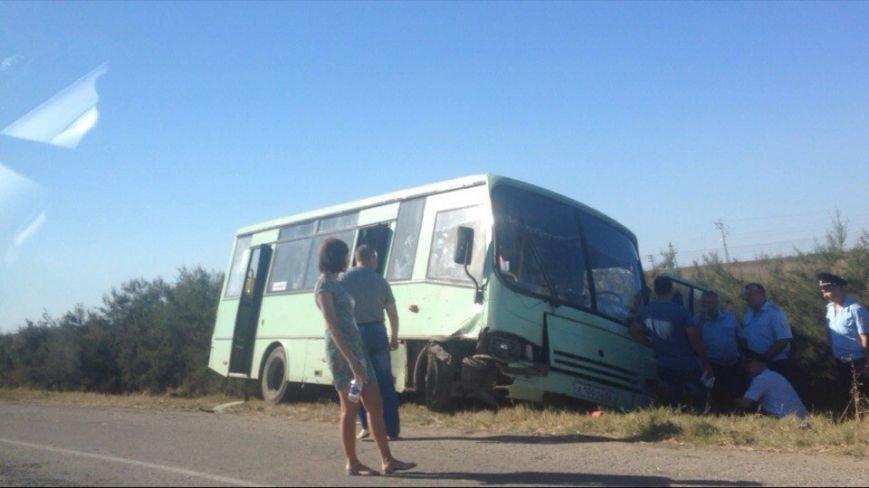 "ДТП на Евпаторийском шоссе: После столкновения автобус ""улетел"" в кювет, легковушка разбита в ""хлам"" (ФОТО, ВИДЕО), фото-2"
