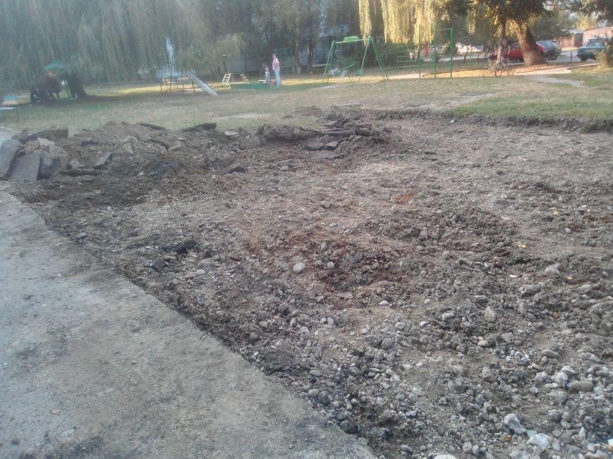 На вулиці Хоткевича на місці дитячого майданчика будують автостоянку (ФОТО), фото-3