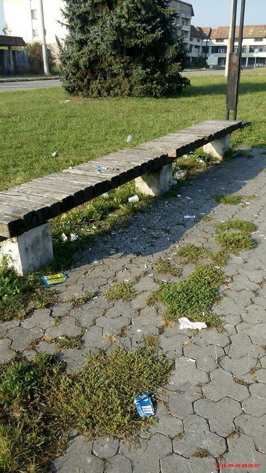 Міський аеропорт зустрічає гостей сміттям та брудними лавками. Фото, фото-2