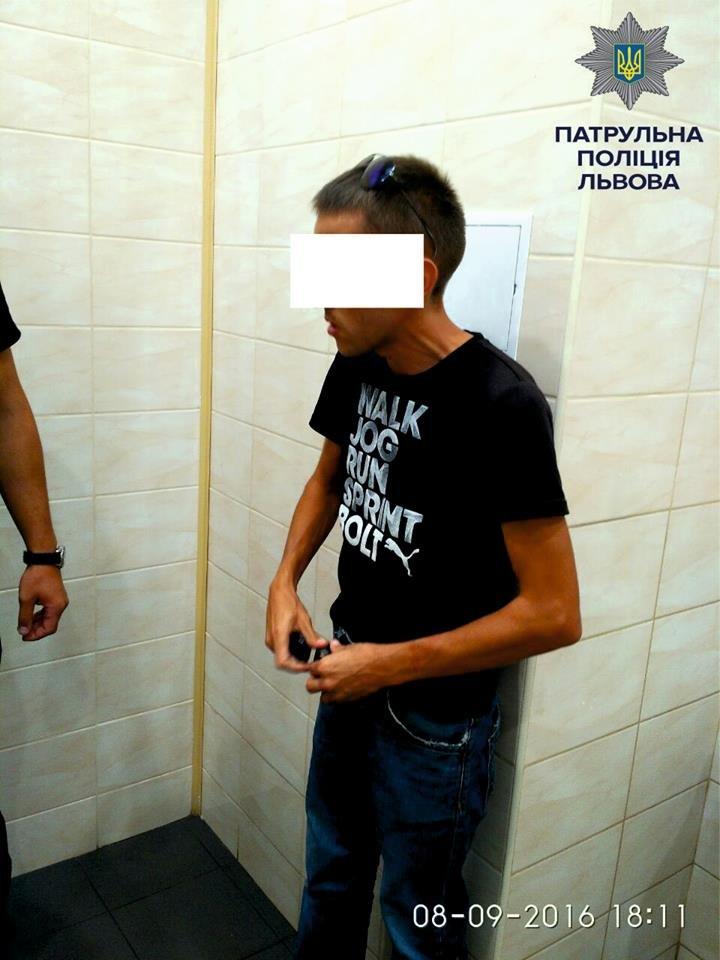 На вулиці Володимира Великого затримали хлопця, який вживав наркотики у супермаркеті (ФОТО), фото-4