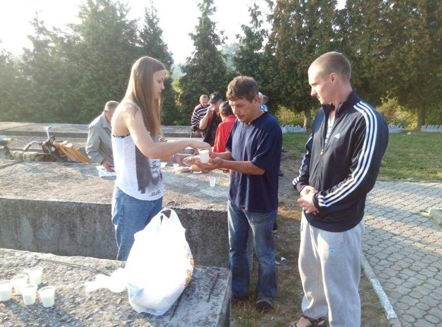 У Калуші бідним та безхатченкам роздавали їжу (ФОТО), фото-2