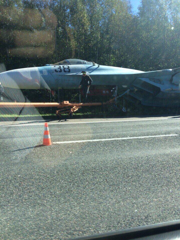 Фотофакт. Попавший в ДТП под Оршей истребитель Су-27 стал экспонатом, фото-1