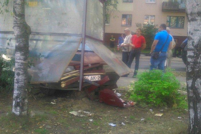 В Витебске пьяный водитель врезался в остановку общественного транспорта, фото-1