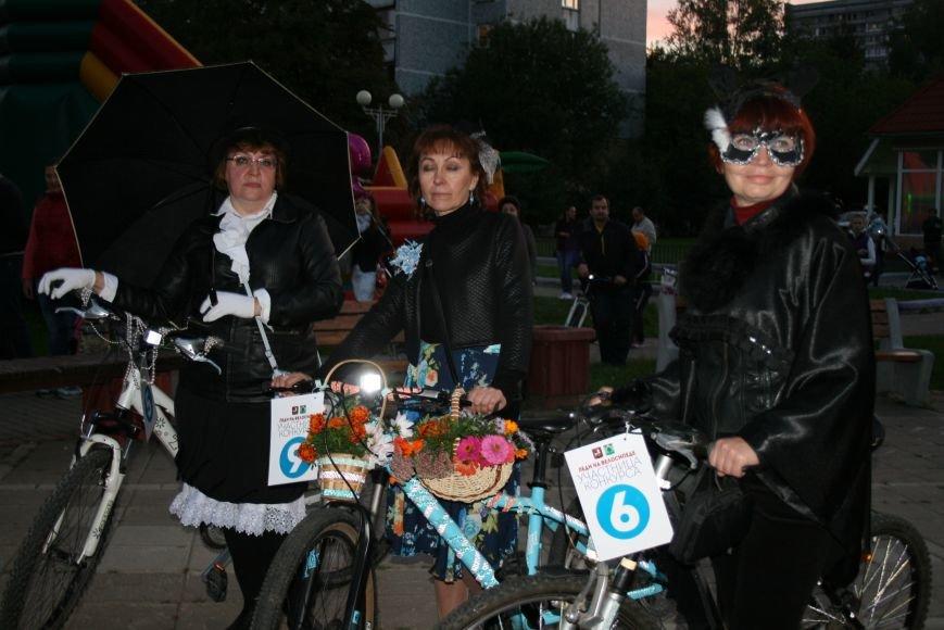В День города на Сиреневом бульваре прошел костюмированный велопарад «Леди на велосипеде», фото-3