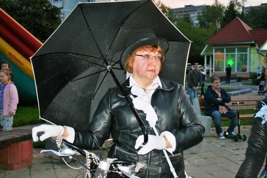 В День города на Сиреневом бульваре прошел костюмированный велопарад «Леди на велосипеде», фото-2