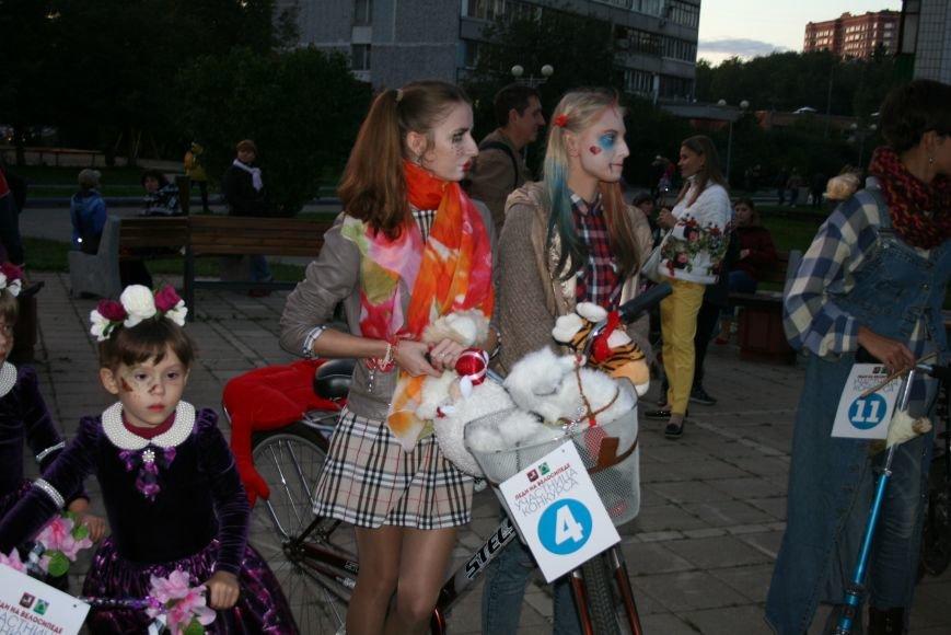 В День города на Сиреневом бульваре прошел костюмированный велопарад «Леди на велосипеде», фото-5