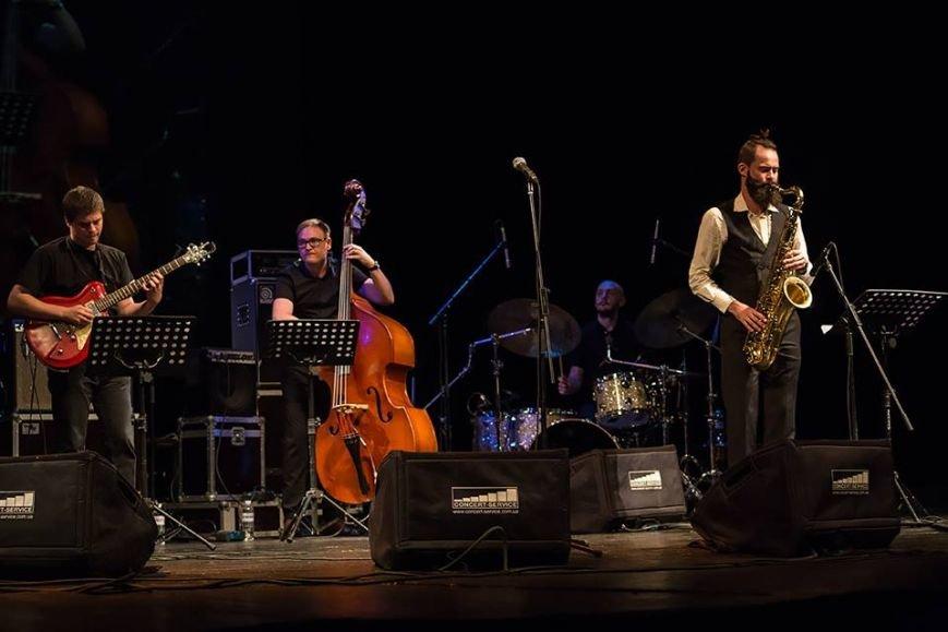Українські музиканти під час виступу Харрісона Янга