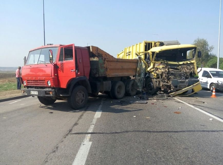 На об'їзній дорозі у Львові сталася моторошна ДТП: зіткнулися дві вантажівки (ФОТО), фото-3
