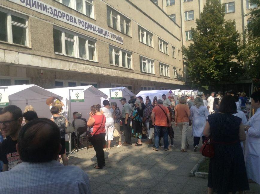 Сьогодні для львів'ян облаштували наметове містечко, аби перевірити стан здоров'я (ФОТО+ВІДЕО), фото-4