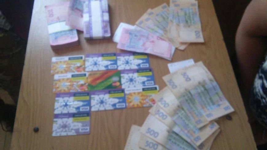 """Женщина пыталась вывезти в """"ДНР"""" крупную сумму денег и банковские карты, фото-1"""