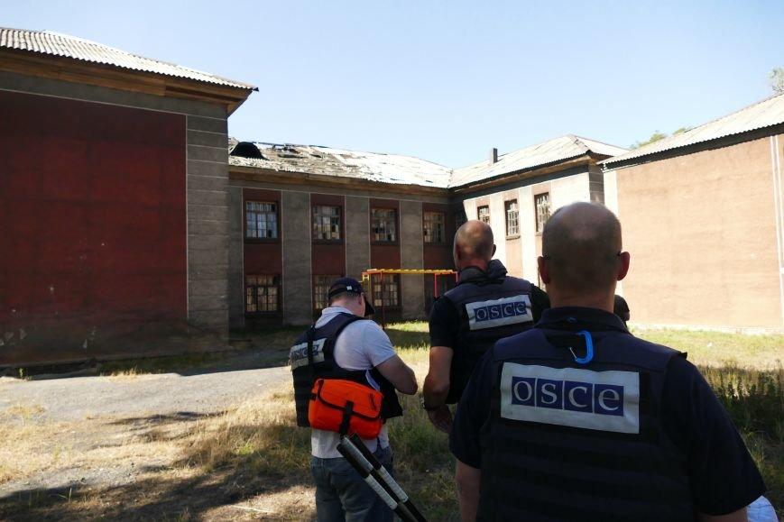 В результате обстрела Макеевки ранено шесть человек, пострадали 15 домов и школа (ФОТО), фото-2