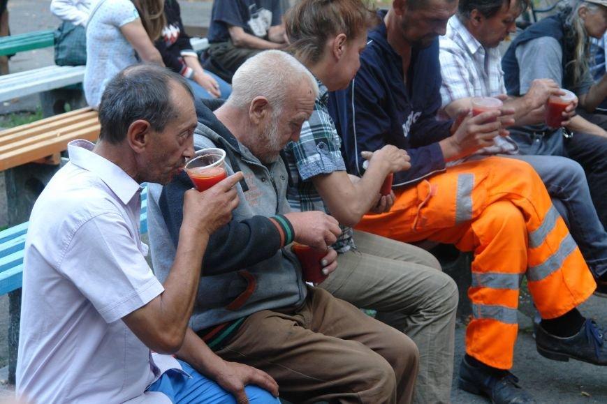 У Франківську для безпритульних та потребуючих людей влаштували святковий пікнік (ФОТО), фото-1