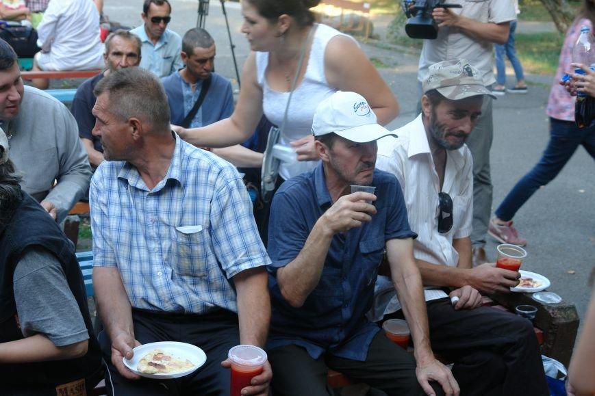У Франківську для безпритульних та потребуючих людей влаштували святковий пікнік (ФОТО), фото-3