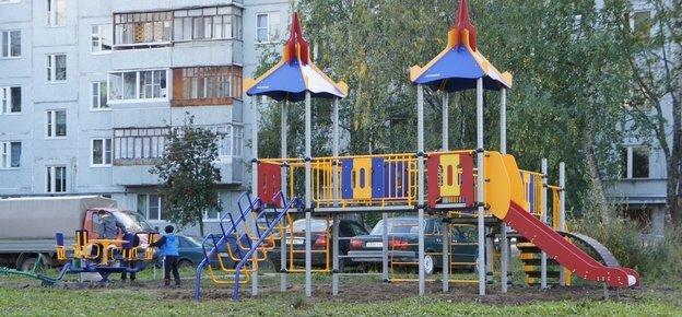 В Сыктывкаре установили ещё одну детскую игровую площадку, фото-1