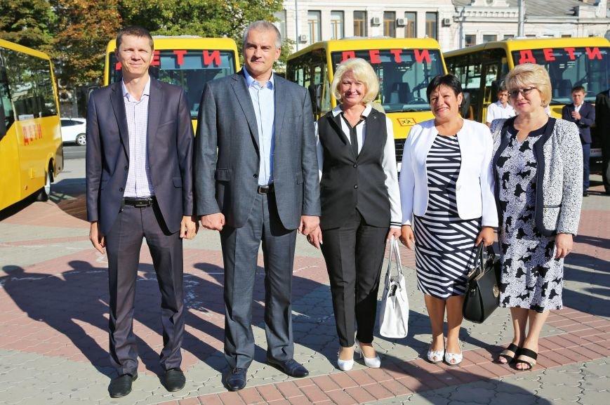 В центре Симферополя прошло вручение ключей от 107 новых школьных автобусов (ФОТО), фото-4
